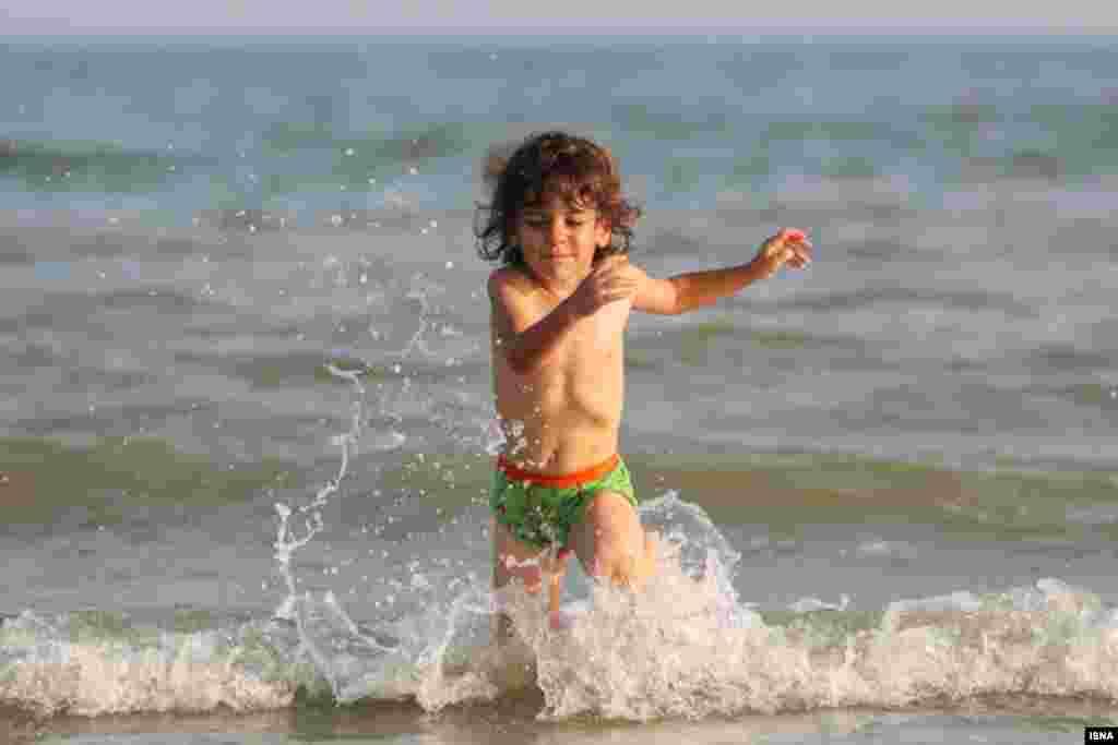 آب بازی این کودک در خلیج فارس. هوای بندرعباس این روزها به ۴۰ درجه رسید. عکس: مصطفی چشم به راه