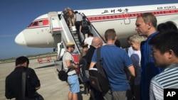 Du khách lên máy bay tại Sân bay Quốc tế Bình Nhưỡng, Bắc Triều Tiên