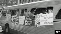 Fotografija Putnika slobode u jednom od autobusa kojim su se vozili kroz savezne države na jugu SAD