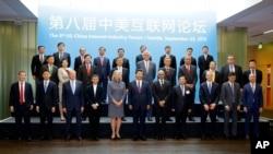 中国国家主席习近平访问微软公司,同美中互联网界大公司主管合影,包括微软首席执行官纳德拉、脸书首席执行官扎克伯格、亚马逊首席执行官贝佐斯和中国互联网大佬马云、马化腾等人(2015年9月23日)
