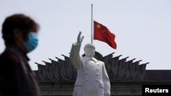 中國湖北武漢市在清明節這一天為新冠肺炎亡者降半旗。 (2020年4月4日)