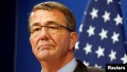 25일 애슈턴 카터 미국 국방장관이 프랑스 파리에서 ISIL 대항 군사작전에 관한 기자회견을 하고 있다.