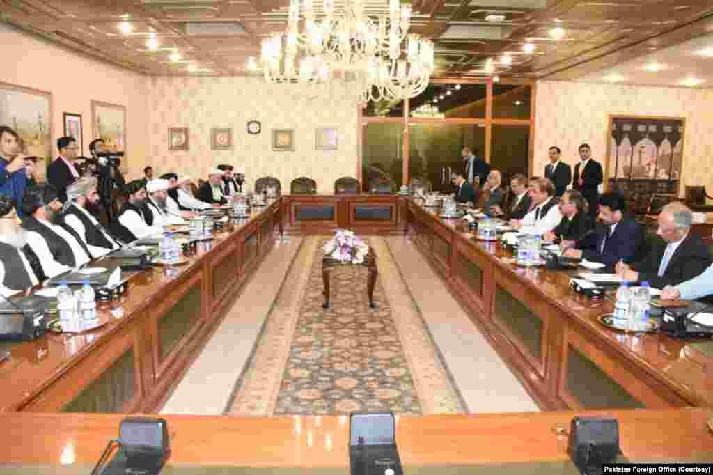 طالبان کے وفد نے جمعرات کو پاکستان کے اعلیٰ حکام سے ملاقات کی۔ ملاقات کے دوران خطے کی صورت حال، افغان امن عمل سمیت باہمی دلچسپی کے امور پر تبادلہ خیال کیا گیا۔