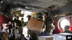 "Tentara AS mengangkut hadiah Natal ke sebuah helikopter di Irbil, Irak menuju pangkalan Amerika di Suriah timur dalam operasi ""Holiday Express"", Senin, 23 Desember 2019. (Foto: dok)."