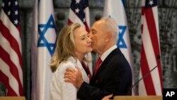ARSIP - Mantan Menlu AS, Hillary Clinton, kiri dan Shimon Peres, berpelukan setelah mengeluarkan pernyataan bersama (16/7/2012). (foto: AP Photo/Oded Balilty).