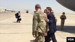 Tướng MacFarland đón Bộ trưởng Quốc phòng Ash Carter ở Baghdad, 11/7/2016. (C. Babb / VOA)