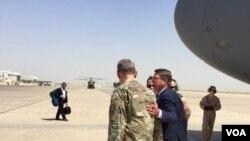 Menteri Pertahanan Ash Carter disambut Letnan Jenderal Angkatan Darat Amerika, Sean MacFarland di Baghdad, 11 Juli 2016.