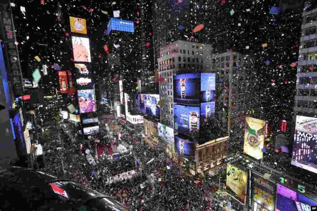 2018年1月1日,在纽约的马奎斯万豪酒店俯瞰时报广场举行的新年庆祝活动,午夜0点钟声响起,2018年到来,五彩纸屑在空中飞舞,落入人群。
