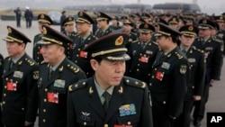 중국의 전국인민대표대회가 열린 지난 4일 군 관계자들이 베이징 인민대회당에 앞에 줄 서 있다. (자료사진)