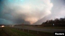 Tornado en Sand Springs, Oklahoma, parte de un sistema que produjo al menos tres de estos vórtices que causaron la muerte de una persona y heridas en otras más.