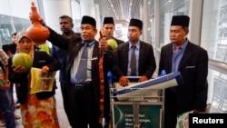Un grupo de chamanes llegaron para reunirse con las autoridades que buscan el avión desaparecido en Malasia, y ofrecer su ayuda.