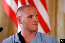 Binh sĩ Không quân Mỹ Spencer Stone, bị thương trong vụ tấn công, tại cuộc họp báo ở tòa đại sứ Mỹ tại Paris, ngày 23/8/2015.
