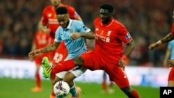 Kolo Touré de Liverpool contrôle la balle devant Raheen Sterling de Manchester City, à gauche, lors d'un match de football au stade Wembley à Londres, Angleterre, 28 février 2016.