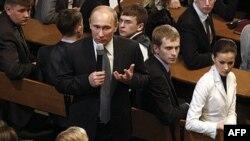 Thủ tướng Nga Vladimir Putin phát biểu tại 1 cuộc họp với những người theo dõi cuộc bầu cử ở Moscow, 1/2/2012