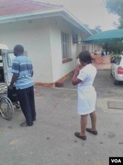 Omunye wabongi abasebenzayo esibhedlela seGwanda ngesikhathi abanye bakhe bekhalala umsebenzi.