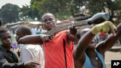 Des manifestants brandissent des faux fusils en bois dans le district de Cibitoke de la capitale Bujumbura, Burundi, 29 mai 2015.