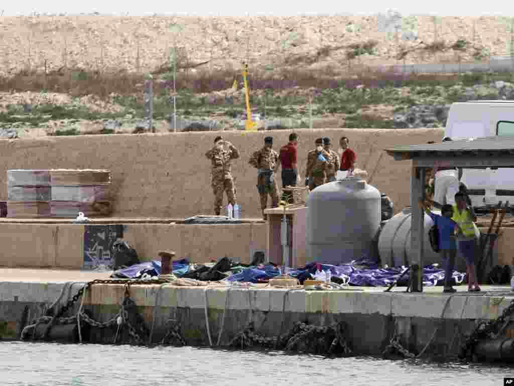 Miili ya wahamiaji waliozama ikiwa katika bandari ya Lampedusa.