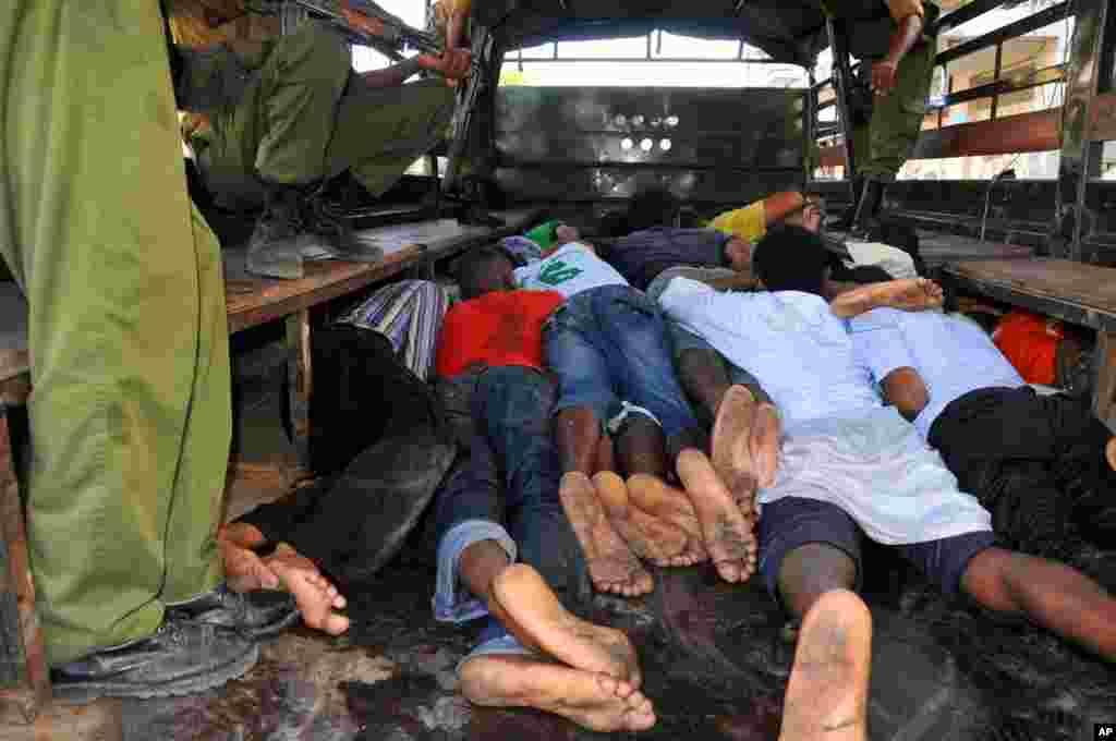 Vijana wamelazwa ndani ya lori baada ya kuvamiwa na polisi kwenye Mskiti wa Musa Mombasa