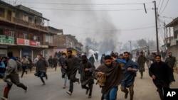 بھارتی کشمیر میں مظاہرین کی آئے روز سکیورٹی فورسز سے مڈبھیڑ کی خبریں آتی رہتی ہیں (فائل فوٹو)
