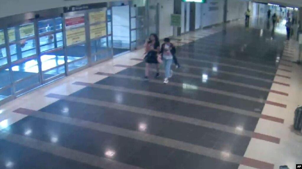 """華盛頓都會區機場管理局公佈的照片顯示12歲的馬金晶(譯音)2018年8月2日與一名女子走過裡根國家機場的""""行李/抵達""""樓層。 在馬金晶第二天被發現在紐約與父母在一起之前,當局將她的失踪視為兒童綁架案並展開了緊急搜尋。"""