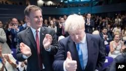 Jeremy Hunt (në të majtë) duke përgëzuar zotin Johnson