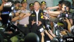 Menteri ESDM Jero Wacik memberikan keterangan kepada media setelah diperiksa oleh penyidik KPK terkait mafia migas tahun lalu (foto: dok).