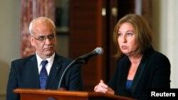 Pimpinan perunding Palestina Saeb Erekat dan Menteri Kehakiman Israel Tzipi Livni saat mengadakan konferensi pers bersama di kantor Kementrian Luar Negeri AS di Washington, 30 Juli 2013. Keduanya akan melanjutkan pembicaraan perdamaian di Yerusalem, Rabu (14/8).