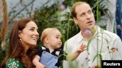 El príncipe George (centro), aquí junto a sus padres, William y Kate, tendrá un hermanito, según anunció este lunes la Casa Real.