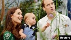 지난 7월 윌리엄 왕세손과 미들턴 부부가 지난해 7월 얻은 첫아들 조지 왕자를 안고 있다.
