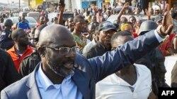 George Weah saluant la foule lors de sa campagne électorale à Monrovia le 6 décembre 2017.