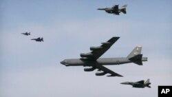 한국의 오산기지 상공을 비행중인 미 공군 소속 B-52(가운데) 폭격기. (자료사진)