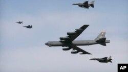 美国空军B-52轰炸机飞越韩国的乌山空军基地(2016年1月10日)。