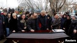 Thân nhân bên quanh quan tài một nạn nhân của vụ nổ bom ở Volgograd, ngày 31/12/2013.