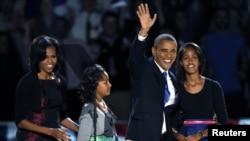Predsednik Obama je posle osvojenog drugog predsedničkog mandata izašao na binu sa suprugom Mišel i ćerkama Sašom i Malijom.