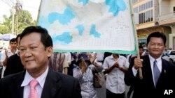 Các nhà lập pháp và người ủng hộ phe đối lập Sam Rainsy cầm bản đồ bảo vệ lãnh thổ Campuchia với Việt Nam đi trên đường phố Phnom Penh.