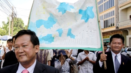 The Opposition Sam Rainsy Party's lawmakers and supporters, hold a Cambodia map for their protecting Cambodia territory from Vietnam while walking on the street in Phnom Penh, file photo. (AP Photo/Heng Sinith)