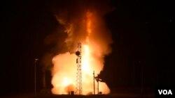 미 공군이 1일 캘리포니아 반데버그 공군기지에서 '미니트맨III' 대륙간탄도미사일 시험발사에 성공했다.