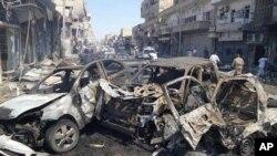Foto yang diunggah leh Raqqa Media Center of the Islamic State group, sebuah kelompok ekstrimis militan, yang telah diotentifikasi berdasarkan isi dan laporan dari AP, menunjukkan mobil-mobil yang terbakar setelah serangan udara oleh pemerintah Suriah di kota yang terletak di timur laut Suriah, Raqqa, Sabtu, 6 September 2014 (foto: AP Photo/ Raqqa Media Center of the Islamic State group)