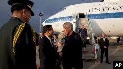 29일, 한국에 도착한 척 헤이글 미 국방장관이 임관빈 한국 국방부 국방정책실장의 영접을 받고 있다.