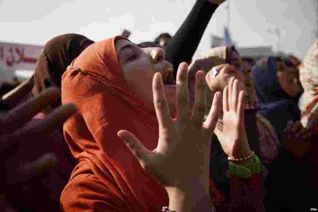 무함마드 무르시 대통령과 그의 무슬림형제단의 권력 집중에 항의하는 시민들