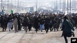 阿富汗抗议者2月23日在喀布尔呼喊反美口号,抗议北约士兵焚烧可兰经
