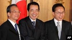 이명박 대통령과 원자바오 중국 총리, 간 나오토 일본 총리가 도쿄 게이힌칸에서 공동기자회견을 마친뒤 악수하고 있다.