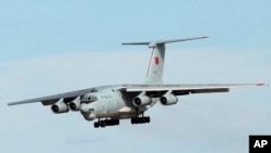 Máy bay Ilyushin IL-76 của Trung Quốc hạ cánh tại sân bay quốc tế Perth, Australia, sau khi trở về từ hoạt động tìm kiếm chuyến bay MH370 bị mất tích, ngày 10/4/2014.