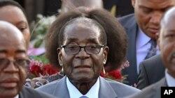 Ao centro Robert Mugabe