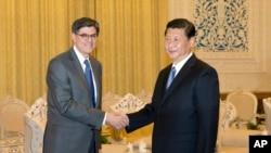 美国财政部长雅各布卢访华,与中国国家主席习近平握手