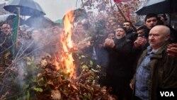 Paljenje badnjaka na Cetinju ispred dvora Kralja Nikole, 6. januara 2021.