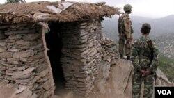 Tentara Pakistan melakukan penjagaan di kawasan Waziristan, dekat perbatasan Afghanistan.