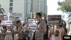 新界上水市民在重陽節假期到水貨客經常出沒的地鐵站進行抗議(美國之音 譚嘉琪拍攝)