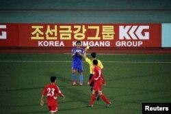 지난해 10월 평양 김일성경기장에서 북한과 필리핀의 2018 월드컵 예선전이 열린 가운데, 경기장 주변에 광고판이 세워져있다.