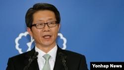 26일 류길재 한국 통일부 장관이 정부서울청사에서 개성공단 우리측 체류인원의 전원 철수를 권고하는 성명을 발표하고 있다.